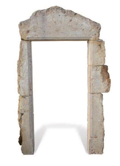 PORTE LOUIS XIII À décor mouluré d'un quart de rond. Matériaux: Calcaire. XVIIème...