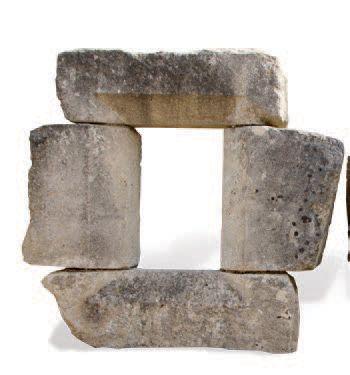 FENÊTRE GOTHIQUE DE PIGNON À décors de pans coupés. Matériaux: Calcaire. XVème siècle....