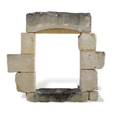 FENÊTRE Pourvue d'un linteau incurvé. Matériaux: Calcaire. XVIIIème siècle. L. 70...