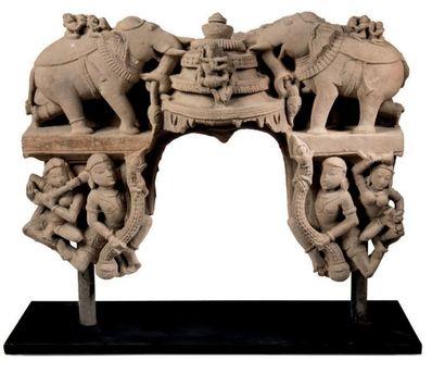 Partie supérieure d'une stèle Sculptée de...