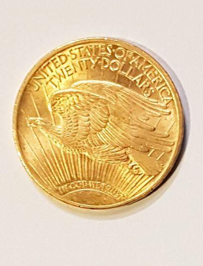Une pièce en or jaune de vingt dollars américain....