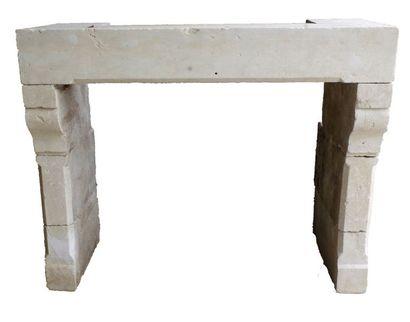 CHEMINÉE en pierre moulurée et sculptée....