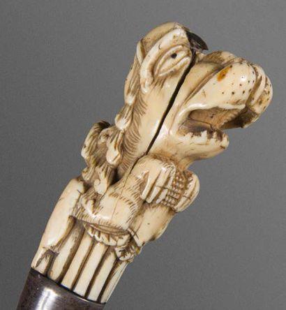 Important couteau à découper, la prise en ivoire (fente) représentant d'un côté...