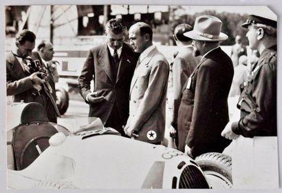 Le comte Bonacossa avec Alfieri devant l'auto...