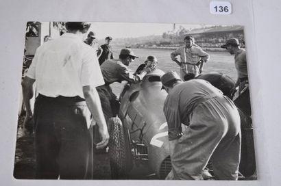 Au ravitaillement, Alberto ASCARI sur Ferrari...