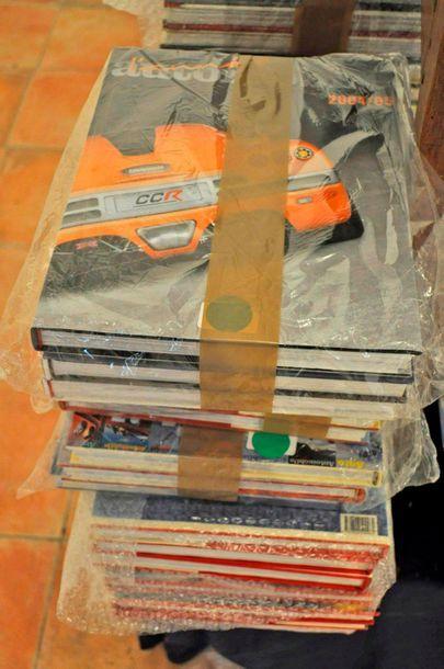 """Lot de 37 volumes du livre """"L'Année Automobile"""" années 1967 - 2011"""