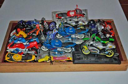 Lot de 18 maquettes de motos de compétit...