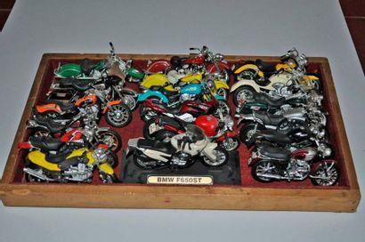 Lot de 18 maquettes de motos Harley, BMW,...