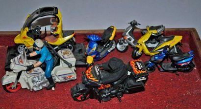 Lot de 7 maquettes de motos et scooters
