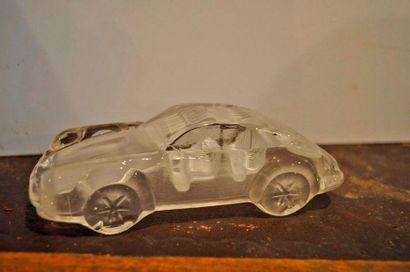Presse papier en verre en forme de Porsche...