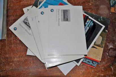 Lot de 10 brochures BMW, insignes et div...