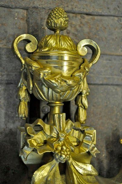 Cartel d'applique en bronze ciselé et doré à sujet de pot à feu, guirlande tête...