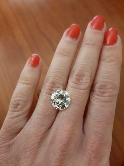 Un diamant de taille brillant moderne de 5,73 carats, de couleur M et de pureté...