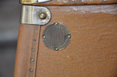 MOYNAT « Le must des bagages »  Paire de valises de formes spéciales réalisées sur...