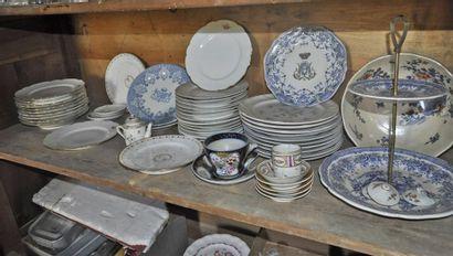 Lot de porcelaines: assiettes blanches armoriées...