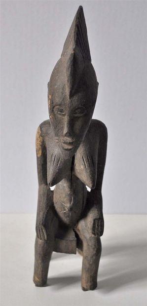 Statuette en bois sculpté, femme assise....