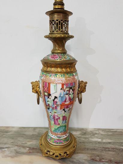 Lampe à pétrole en porcelaine de Canton XIXe...