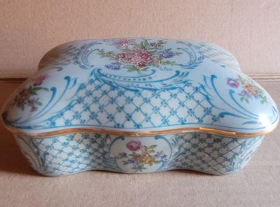 Boite en porcelaine début XXe à décors de...