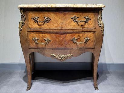 Petite commode de style Louis XV fin du XIXe...