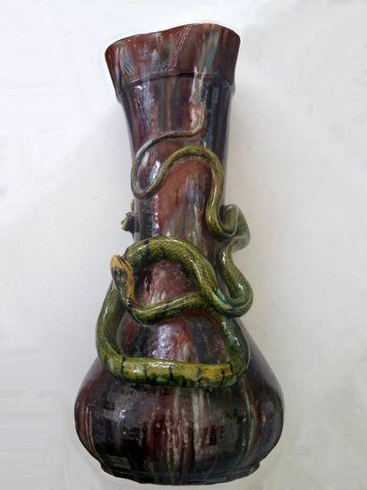Grand vase en Barbotine à décor de serpent...