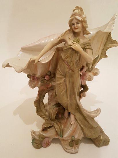 Vase en porcelaine Barbotine début XXe, femme...