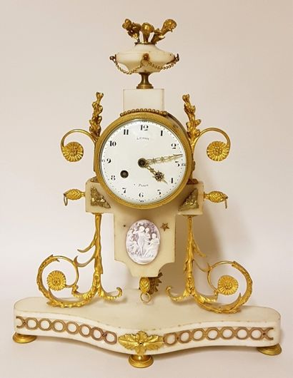 Pendule XIXe siècle en marbre blanc et bronze...