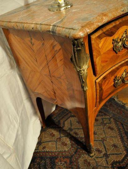 Importante commode en bois de placage marquetée en feuilles, galbée, à 2 tiroirs....