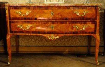 Large commode pantalonnière en bois de placage de rose et violette marquetée en...
