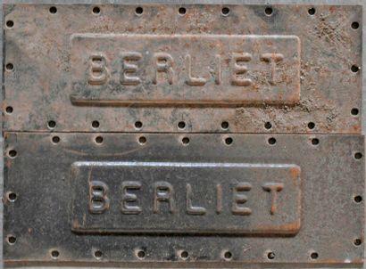 2 plaques BERLIET en fonte. 34x12cm