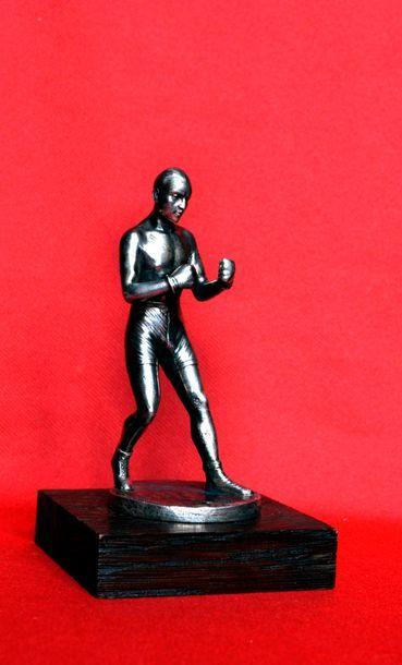 J. DUNACH. Le boxeur. Bronze argenté, signé....