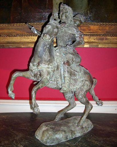 Louis XIV à cheval.Bronze patiné, style XVIII°. Haut: 60cm