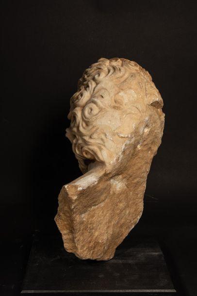 Torse à tête colossale de divinité barbue probablement Jupiter à l'instar d'un modèle...