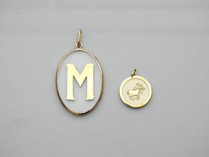 Lot : Deux pendentifs cerclés d'or jaune,...