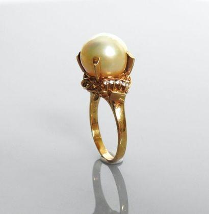 Bague en or jaune, 750 MM, ornée d'une perle...