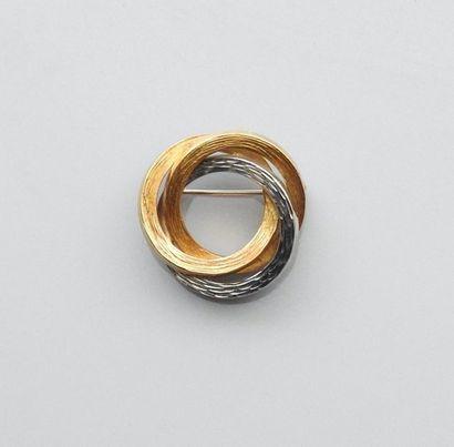 Broche formée de trois anneaux entrelacés...