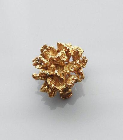 Broche de sautoir au décor d'or jaune brut,...