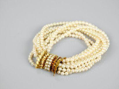 Bracelet formé de huit rangs de petites perles...