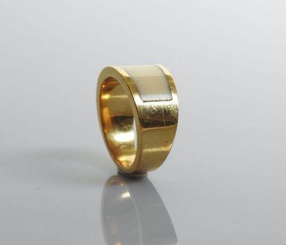 Bague anneau en or jaune, 750 MM, centrée...