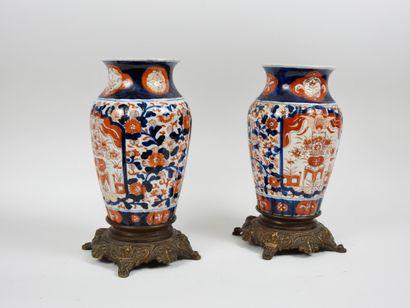 Imari  Paire de vase en porcelaine, de forme...