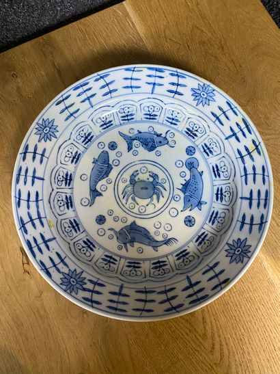 Chine Assiette en porcelaine blanc et bleu...