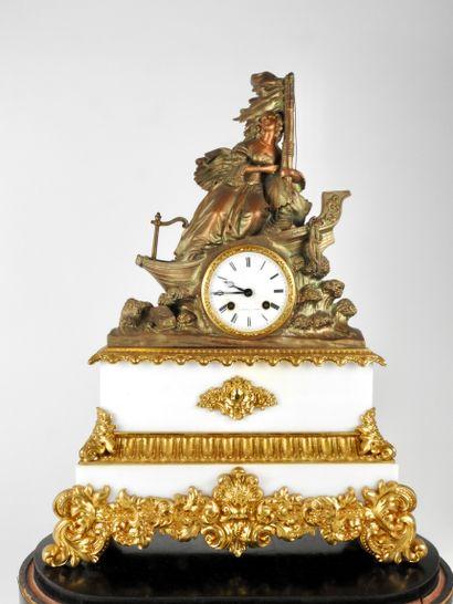 Pendule en marbre blanc et bronze doré ornée...