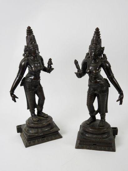 Paire de déesses en bronze à belle patine...