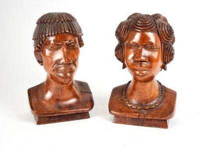 Paire de bustes en bois sculpté représentant...