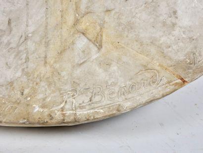 R. Bénard  Sans titre 1903  Deux importants médaillons en plâtre représentant pour...