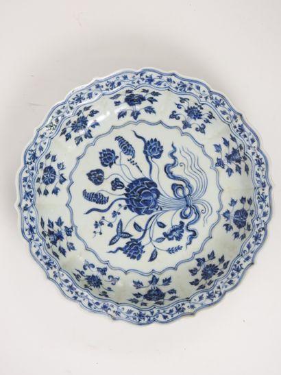 Un plat en porcelaine de Chine blanc bleu...