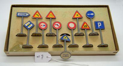 NOREV - France - 1/43e - Plastique (1)  COFFRET DE SIGNAUX ROUTIERS  En carton rouge....