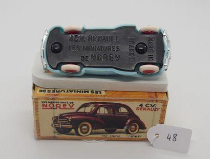 NOREV - France - 1/43e - Plastique (1)  - # 17 - 4 CV RENAULT  Bleu pâle, jantes...