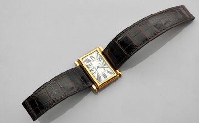 CARTIER, TANK DIVAN. Rare bracelet montre en or jaune, 750 MM, fond argent, chiffres...