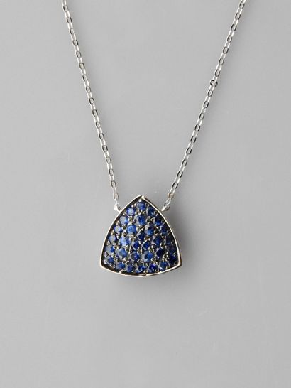 Chaîne et pendentif triangulaire en or gris,...