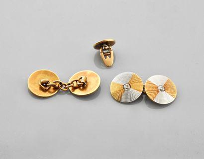 Paire de boutons de manchettes dessinant chacun deux disques rayonnants deux ors,...